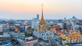Χρονικό σφάλμα της υψηλής άποψης Wat Traimitr Withayaram στο χρόνο ηλιοβασιλέματος απόθεμα βίντεο