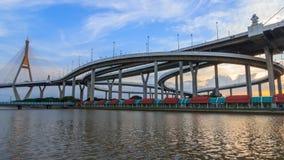 Χρονικό σφάλμα της όμορφης μεγάλης γέφυρας Bhumibol/της μεγάλης γέφυρας στον ποταμό απόθεμα βίντεο