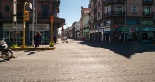 Χρονικό σφάλμα του κέντρου της πόλης του Πουέμπλα με τους ανθρώπους και την κυκλοφορία φιλμ μικρού μήκους