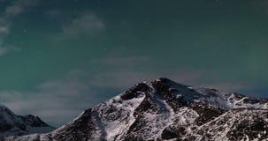 Χρονικό σφάλμα του πράσινου ουρανού με την αυγή, τα σύννεφα, τα αστέρια και το χιόνι βουνών απόθεμα βίντεο