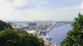 Χρονικό σφάλμα του ταχυδρομικού τετραγώνου στο Κίεβο Βάρκες και σκάφη που πλέουν από τον ποταμό Dnipro Διάσημη θέση τουριστών στη απόθεμα βίντεο
