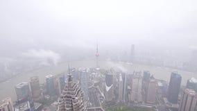 Χρονικό σφάλμα του φράγματος της Σαγγάης, εναέρια άποψη του ορίζοντα φραγμάτων στη βρέχοντας ημέρα, σκάφη που πλέει με τον ποταμό απόθεμα βίντεο