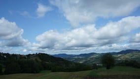 Χρονικό σφάλμα των άσπρων σύννεφων στο μπλε ουρανό απόθεμα βίντεο