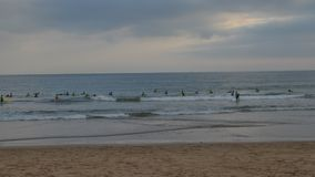 Χρονικό σφάλμα των δωδεκάδων της άσκησης αρχαρίων που κάνει σερφ στα ψυχρά ατλαντικά νερά στην παραλία Carcavelos κοντά στη Λισσα φιλμ μικρού μήκους