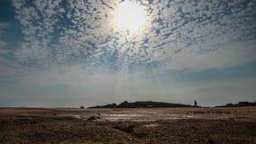 Χρονικό σφάλμα των μικρών σύννεφων σε έναν μπλε ουρανό πέρα από την παραλία στη Βρετάνη/τη Βρετάνη, Γαλλία απόθεμα βίντεο