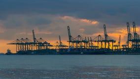 Χρονικό σφάλμα των σύννεφων και του ουρανού πέρα από τις εγκαταστάσεις ναυτιλίας και φορτίου κατά μήκος των αστράφτοντας στενών τ απόθεμα βίντεο