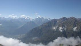 Χρονικό σφάλμα των σύννεφων πέρα από τις κορυφές βουνών φιλμ μικρού μήκους