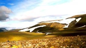 Χρονικό σφάλμα των σύννεφων που κινούνται επάνω από το βουνό απόθεμα βίντεο
