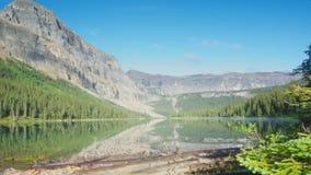 Χρονικό σφάλμα των σύννεφων που περνούν πέρα από τα βουνά και τη λίμνη στην αγριότητα απόθεμα βίντεο