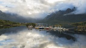 Χρονικό σφάλμα των σύννεφων που στροβιλίζονται γύρω από τα βουνά και που απεικονίζουν στην ηρεμία φιλμ μικρού μήκους