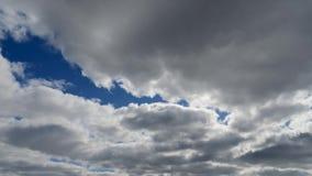 Χρονικό σφάλμα των σύννεφων σωρειτών ενάντια σε έναν μπλε ουρανό Τα άσπρα σύννεφα σφίγγουν τον ουρανό φιλμ μικρού μήκους