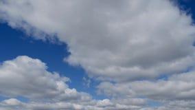 Χρονικό σφάλμα των σύννεφων σωρειτών ενάντια σε έναν μπλε ουρανό Τα άσπρα σύννεφα σφίγγουν τον ουρανό απόθεμα βίντεο