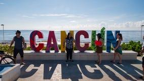 Χρονικό σφάλμα των τουριστών στο σημάδι Cancun απόθεμα βίντεο