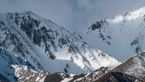 Χρονικό σφάλμα, χειμερινά βουνά που καλύπτονται με το χιόνι σε μια υδρονέφωση απόθεμα βίντεο