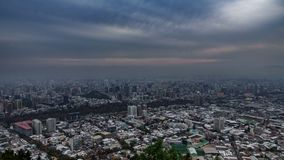Χρονικό σφάλμα Cloudscape πέρα από τις στέγες πόλεων του Σαντιάγο de Χιλή απόθεμα βίντεο