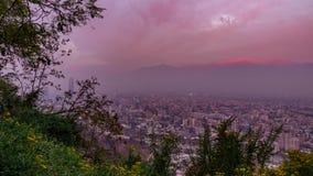 Χρονικό σφάλμα Cloudscape στο σούρουπο πέρα από τις στέγες πόλεων του Σαντιάγο de Χιλή απόθεμα βίντεο