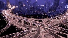 Χρονικό σφάλμα, ίχνος φωτεινών σηματοδοτών & οχήματα Overpass στην ανταλλαγή τη νύχτα απόθεμα βίντεο