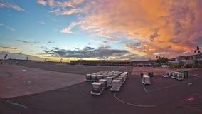 Χρονικό σφάλμα αεροπλάνων στο αναχωρώντας ηλιοβασίλεμα πυλών απόθεμα βίντεο