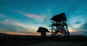 Χρονικό σφάλμα ενός ηλιοβασιλέματος πύργων παρατήρησης πουλιών απόθεμα βίντεο