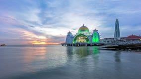 Χρονικό σφάλμα ηλιοβασίλεμα στο επιπλέον μουσουλμανικό τέμενος, στενά Malacca Ζουμ έξω απόθεμα βίντεο
