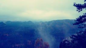 Χρονικό σφάλμα Η κοιλάδα στο μπλε σύνολο σημείου άποψης φυσητήρων ομίχλης υδρονέφωσης κινούμενο της υδρονέφωσης η ομίχλη κινείται φιλμ μικρού μήκους