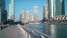 Χρονικό σφάλμα μαρινών του Ντουμπάι οδών περπατήματος 4k απόθεμα βίντεο
