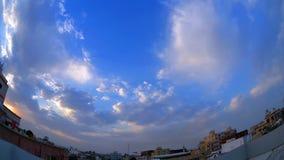 Χρονικό σφάλμα ουρανού ηλιοβασιλέματος νεφελώδες με το φακό fisheye