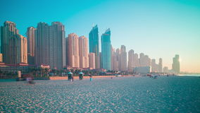 Χρονικό σφάλμα παραλιών ηλιοβασιλέματος 4k από τη μαρίνα του Ντουμπάι απόθεμα βίντεο