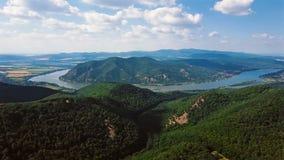Χρονικό σφάλμα που πετά πέρα από το μαίανδρο Δούναβη, κοντά στο Visegrad, Ουγγαρία απόθεμα βίντεο