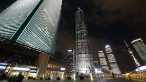 Χρονικό σφάλμα, πολυάσχολος για τους πεζούς περνώντας ουρανοξύστης huanqiu της Σαγγάης τη νύχτα φιλμ μικρού μήκους