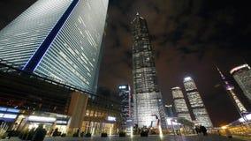 Χρονικό σφάλμα, πολυάσχολος για τους πεζούς περνώντας ουρανοξύστης huanqiu της Σαγγάης τη νύχτα απόθεμα βίντεο
