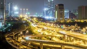 Χρονικό σφάλμα της πολυάσχολης κυκλοφορίας ανταλλαγής τη νύχτα στην πόλη απόθεμα βίντεο