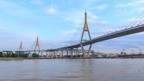 Χρονικό σφάλμα της όμορφης μεγάλης γέφυρας Bhumibol/της μεγάλης γέφυρας στον ποταμό φιλμ μικρού μήκους