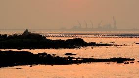 Χρονικό σφάλμα του ηλιοβασιλέματος εν πλω με τη σκιαγραφία του νησιού απόθεμα βίντεο