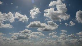 Χρονικό σφάλμα του τρεξίματος των σύννεφων σε έναν μπλε ουρανό φιλμ μικρού μήκους