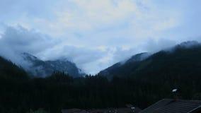 Χρονικό σφάλμα του cloudscape στην ευρωπαϊκή περιοχή βουνών ορών zillertal Ουρανός βραδιού μετά από τη βροχή φιλμ μικρού μήκους