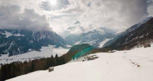 Χρονικό σφάλμα των επικών σύννεφων πέρα από μια αλπική κοιλάδα με τις καλύβες βουνών στο πρώτο πλάνο απόθεμα βίντεο