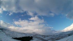 Χρονικό σφάλμα των σύννεφων πέρα από τα χιονώδη βουνά απόθεμα βίντεο