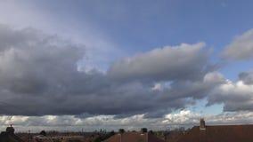 Χρονικό σφάλμα Όμορφα σύννεφα πέρα από την πόλη απόθεμα βίντεο