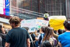 Χρονικό τετράγωνο, πόλη της Νέας Υόρκης Οι νέοι σύλλεξαν για μια διαμαρτυρία ενάντια στη υπερθέρμανση του πλανήτη στοκ φωτογραφία με δικαίωμα ελεύθερης χρήσης