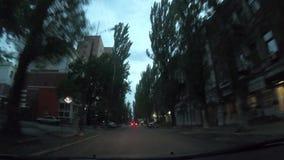 Χρονοδιάγραμμα από το παρμπρίζ ενός αυτοκινήτου, που οδηγεί μέσα στην πόλη το βράδυ απόθεμα βίντεο