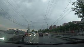Χρονοδιάγραμμα της κυκλοφορίας στους δρόμους του Dnipro, από το παρμπρίζ απόθεμα βίντεο