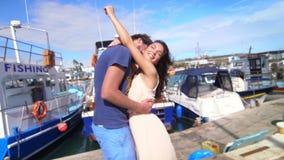Χρονολογώντας το ζεύγος αγκαλιάστε στην αποβάθρα σκαφών Θερινή ημερομηνία Ρομαντικό ταξίδι φιλμ μικρού μήκους