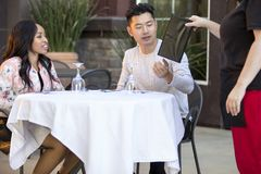 Χρονολόγηση του ζεύγους που διατάζει σε ένα υπαίθριο εστιατόριο Στοκ Φωτογραφία