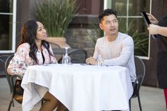 Χρονολόγηση του ζεύγους που διατάζει σε ένα υπαίθριο εστιατόριο Στοκ Εικόνα