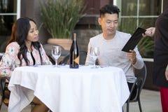 Χρονολόγηση του ζεύγους που πληρώνει σε ένα εστιατόριο στοκ φωτογραφία