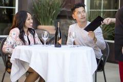 Χρονολόγηση του ζεύγους που πληρώνει σε ένα εστιατόριο στοκ φωτογραφίες