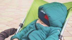 1χρονος ύπνος αγοράκι στον περιπατητή του Πτώση κοιμισμένη κατά τη διάρκεια ενός ταξιδιού απόθεμα βίντεο