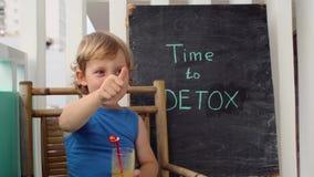 ΧΡΟΝΟΣ στην επιγραφή κιμωλίας DETOX Το αγόρι πίνει φρέσκο, υγιής, detox ποτό που γίνεται από τα φρούτα Κούνημα φρούτων, φρέσκος χ απόθεμα βίντεο