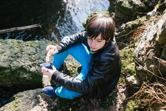 12χρονο αγόρι που τρώει το σάντουιτς έξω στη φύση Στοκ Φωτογραφίες